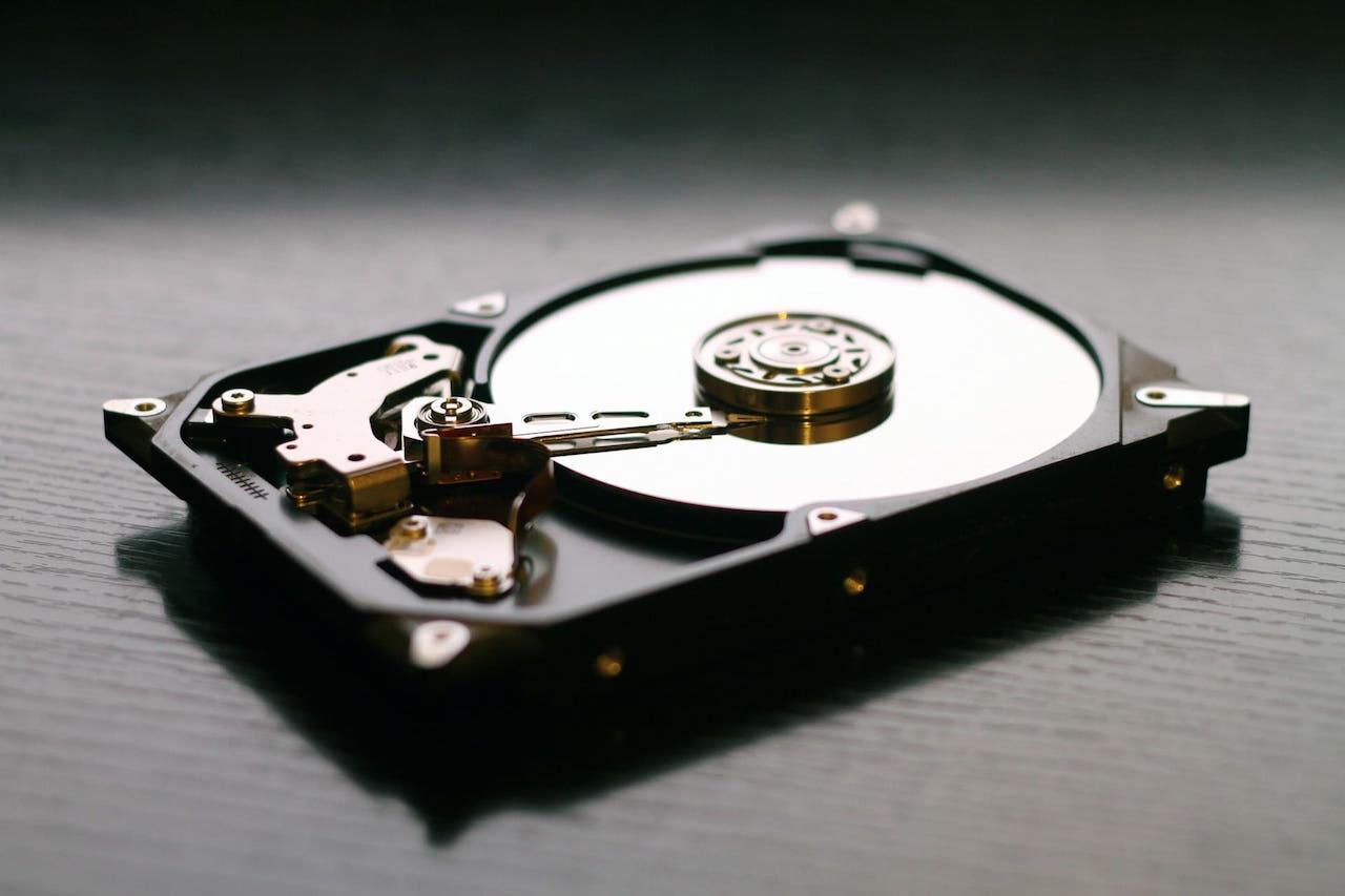 【比較】HDDとSSD、どっちが良い?寿命や性能の違いを解説!